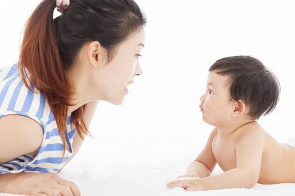 Ba mẹ hỗ trợ bé tập lật an toàn