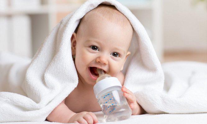 Cùng ba mẹ tham khảo bé sơ sinh có nên cho uống nước?